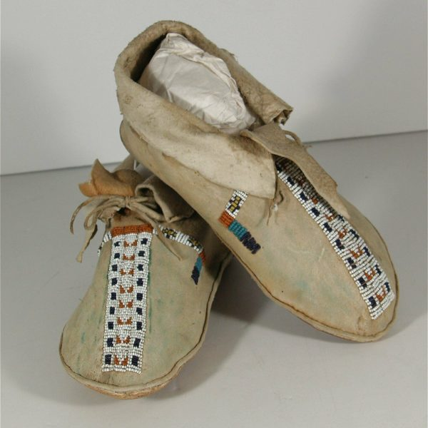 1910s PAIR NATIVE AMERICAN CHEYENNE INDIAN BEAD DECORATED HIDE MOCCASINS #2