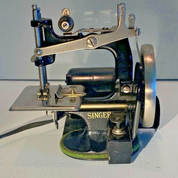 RARE ANTIQUE SINGER CHILD'S TOY SEWING MACHINE ELECTRIC MOTOR SEWHANDY 20-2