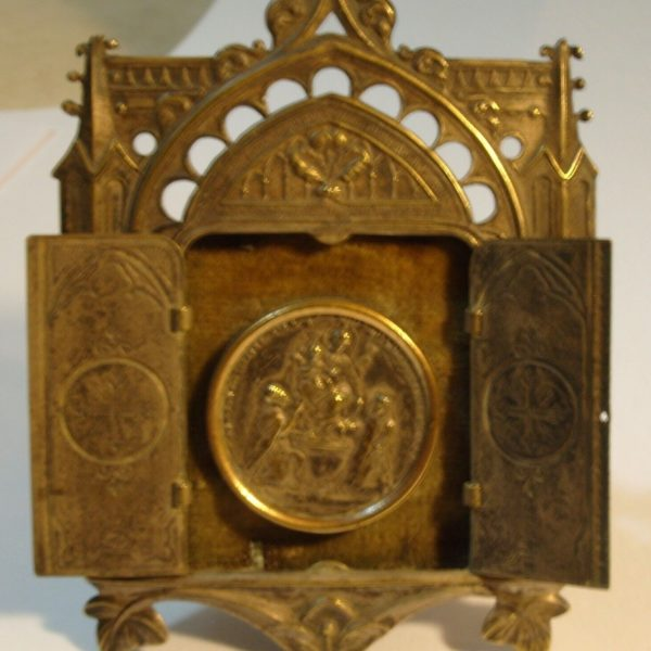 ANTIQUE EASEL STAND DOORS OPEN TO ST. BV ROSARIO DE POMPEI MEDAL RELIQUARY